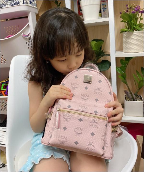 Con gái mới 5 tuổi, Hồng Quế đã chơi lớn mua tặng ba lô xịn xò, cách người mẫu dạy con ứng xử mới gây chú ý-2