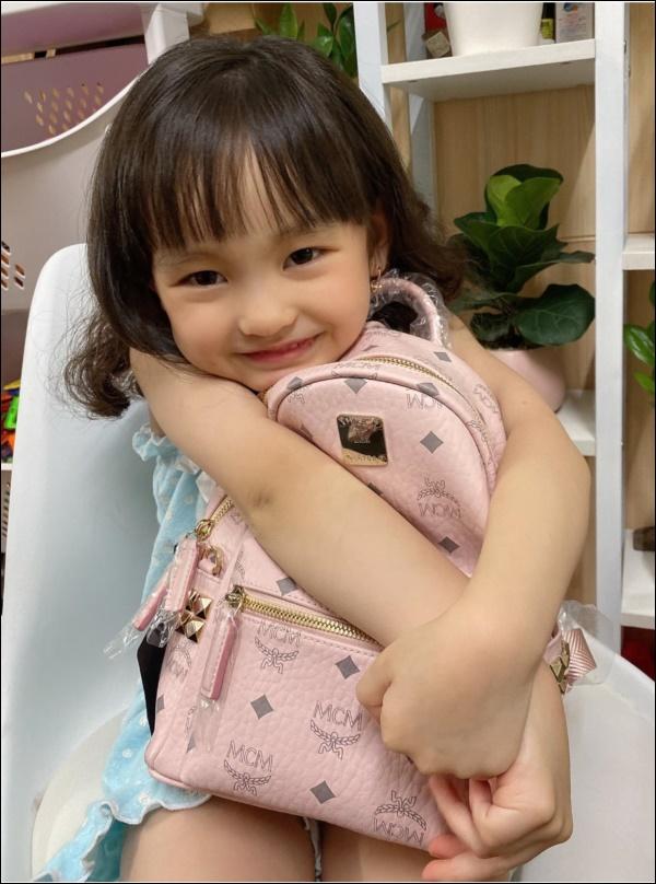 Con gái mới 5 tuổi, Hồng Quế đã chơi lớn mua tặng ba lô xịn xò, cách người mẫu dạy con ứng xử mới gây chú ý-3