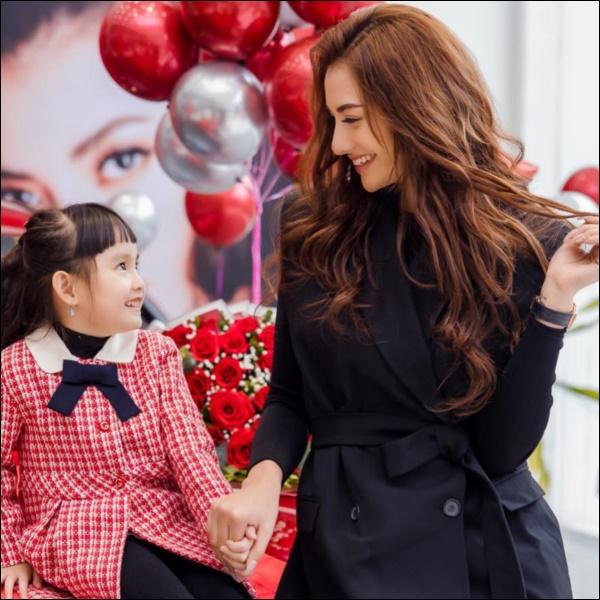 Con gái mới 5 tuổi, Hồng Quế đã chơi lớn mua tặng ba lô xịn xò, cách người mẫu dạy con ứng xử mới gây chú ý-5