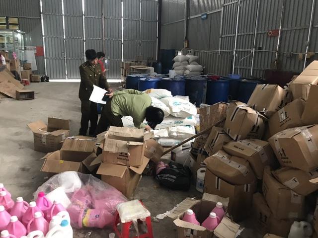 Phát lộ xưởng sản xuất nước giặt xả ngoại mang công nghệ... xô chậu-3