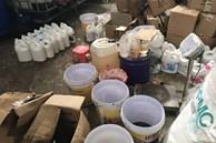 Phát lộ xưởng sản xuất nước giặt xả 'ngoại' mang công nghệ... 'xô chậu'