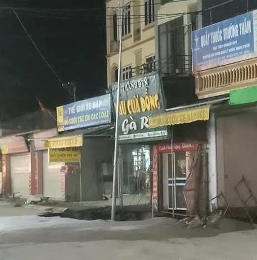Hà Nội: Xuất hiện hố tử thần 30m2 sát ngay nhà dân, 20 hộ được sơ tán-1