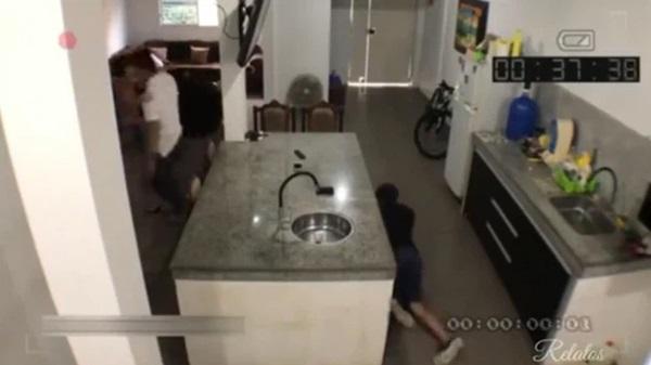 Dẫn gã đàn ông khác đến nhà tình tứ thì chồng đi làm về, vợ tung chiêu giúp nhân tình tẩu thoát, chẳng ngờ bị camera vạch mặt-4