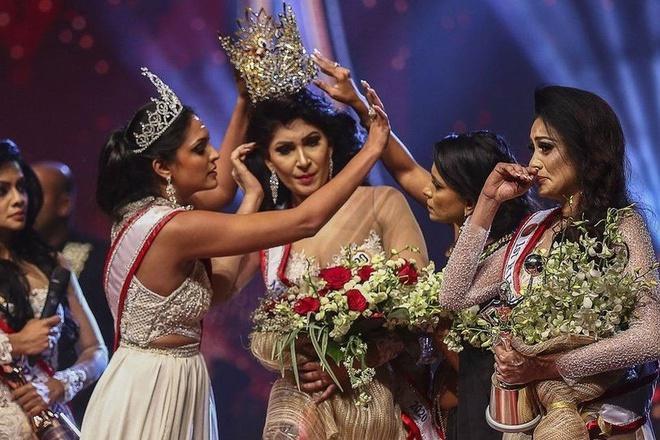 Hoa hậu Sri Lanka bị giật vương miện thô bạo khi vừa đăng quang-1