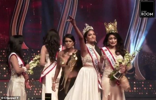Hoa hậu Sri Lanka bị giật vương miện thô bạo khi vừa đăng quang-2
