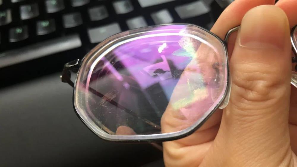 Miếng vải mà bạn nhận được khi mua kính không phải để lau, nếu cứ dùng sẽ làm tăng tốc độ mài mòn, vậy đâu là cách làm sạch kính đúng cách?-2