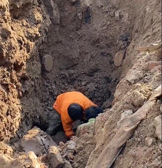 Hà Nội: Đang thi công công trình bất ngờ phát hiện người đàn ông nằm dưới lòng đất sâu 2m?-1