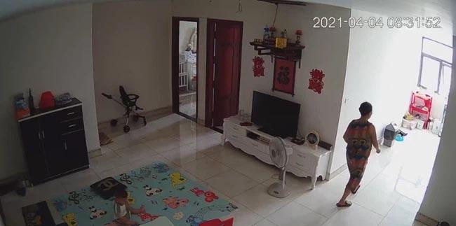 Check camera, mẹ trẻ hoảng hồn thấy con trai 9 tháng tuổi bị nữ ô sin bế vào toilet rồi khóc ré lên dữ dội-1