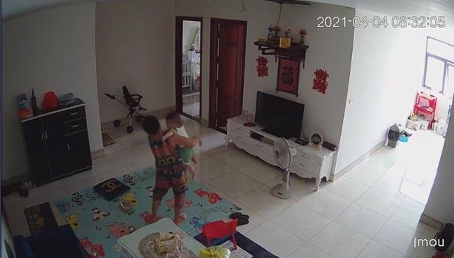 Check camera, mẹ trẻ hoảng hồn thấy con trai 9 tháng tuổi bị nữ ô sin bế vào toilet rồi khóc ré lên dữ dội-2