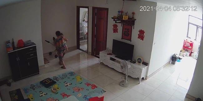 Check camera, mẹ trẻ hoảng hồn thấy con trai 9 tháng tuổi bị nữ ô sin bế vào toilet rồi khóc ré lên dữ dội-3