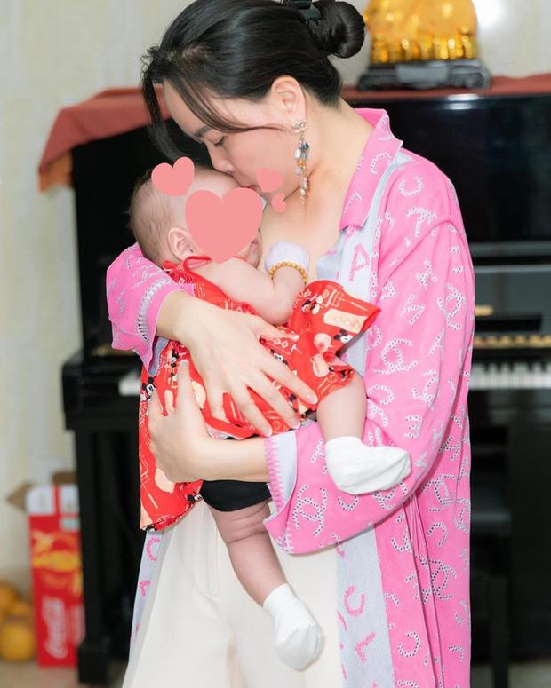 Nửa đêm Phượng Chanel bất ngờ đăng hình ảnh hiếm hoi của con gái lúc mới vài tháng tuổi?-1