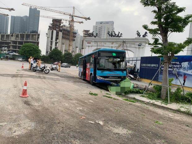 Hà Nội: Xe buýt lao lên vỉa hè đâm tử vong nam thanh niên đang đi bộ-1