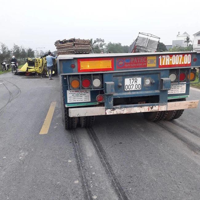 Container rụng mất cabin sau khi tông vào đuôi xe tải, hiện trường vụ tai nạn khiến người chứng kiến rùng mình-2