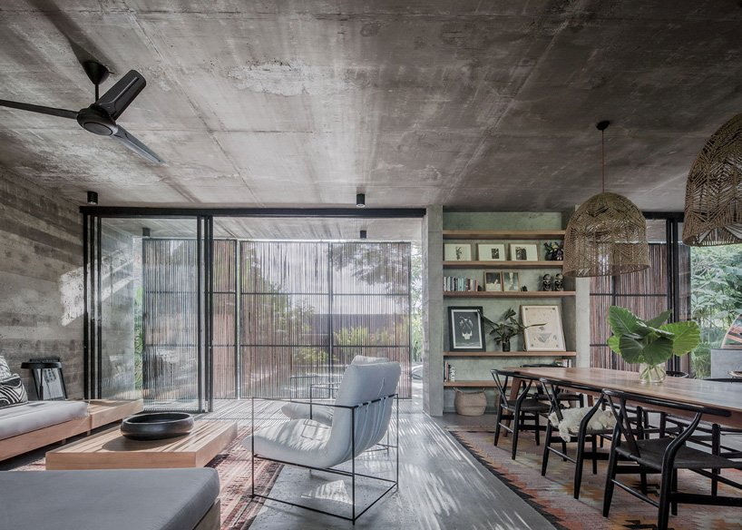 Ngôi nhà rộng 800m2 làm bằng bê tông thô cứng nhưng không gian xung quanh lại yên bình, tươi mát như lạc giữa chốn thần tiên-7