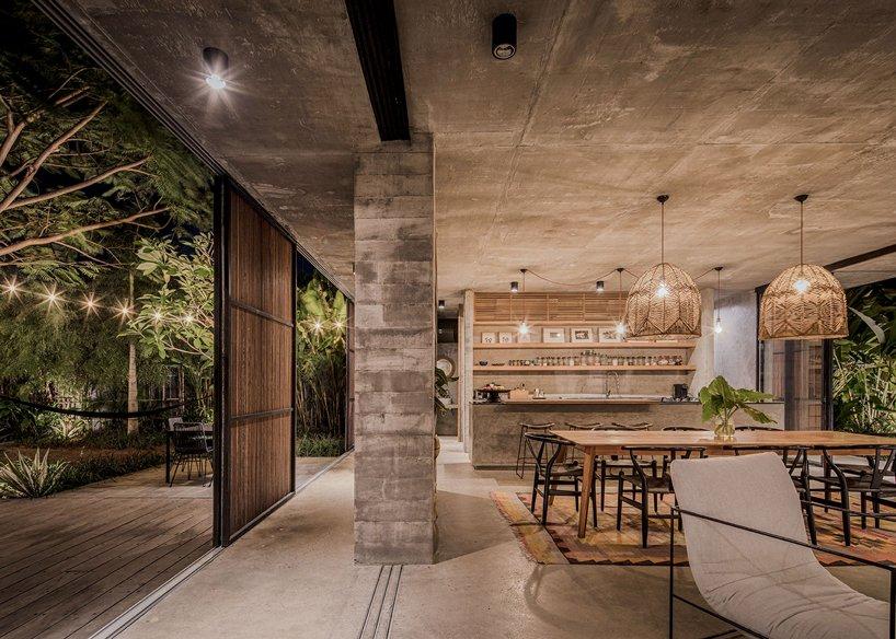 Ngôi nhà rộng 800m2 làm bằng bê tông thô cứng nhưng không gian xung quanh lại yên bình, tươi mát như lạc giữa chốn thần tiên-9