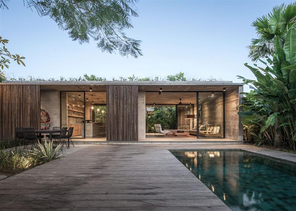 Ngôi nhà rộng 800m2 làm bằng bê tông thô cứng nhưng không gian xung quanh lại yên bình, tươi mát như lạc giữa chốn thần tiên-11
