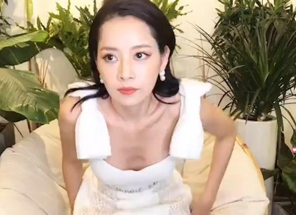 Chi Pu bị soi hõm ngực thiếu tự nhiên-5