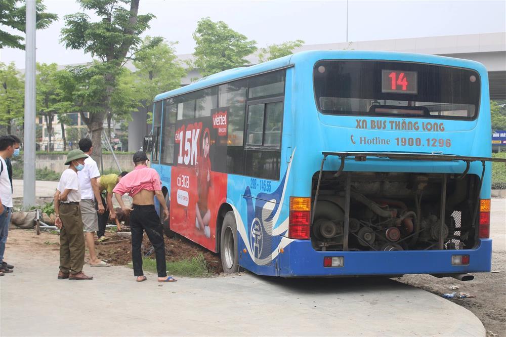 Nhân chứng kể lại vụ xe buýt lao lên vỉa hè, tông chết người đi bộ ở Hà Nội-3