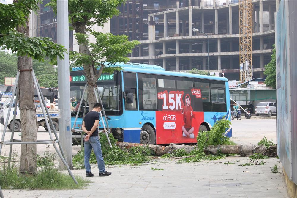 Nhân chứng kể lại vụ xe buýt lao lên vỉa hè, tông chết người đi bộ ở Hà Nội-1