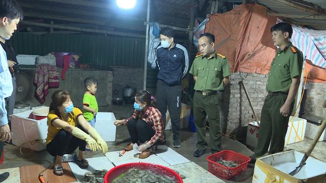Hà Nội: Bắt quả tang cơ sở chuyên bơm tạp chất vào tôm để cung cấp cho các nhà hàng, mỗi tháng bán ra hàng tấn tôm độc hại-2
