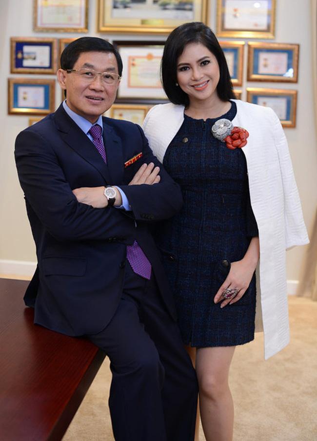 Cô tiếp viên hàng không kém 21 tuổi khiến vị tỷ phú nổi tiếng Việt Nam trúng tiếng sét ái tình và bắt đầu màn theo đuổi như phim, vé đi các chuyến bay có thể lấp đầy phòng!-3