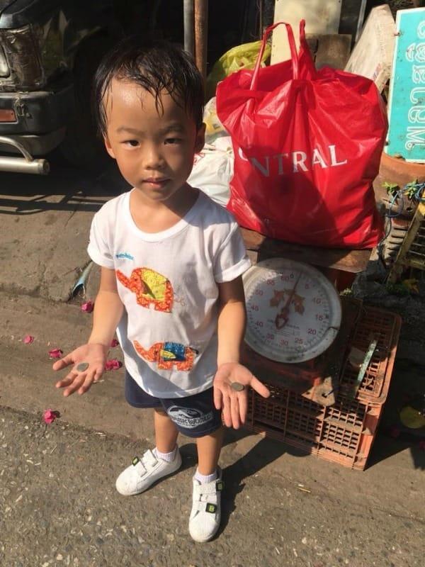 Mẹ cho con trai 5 tuổi đi nhặt ve chai 1 ngày vì không chịu đi học, cậu bé dường như kiệt sức nhưng nhận về bài học cuộc sống quý giá-3