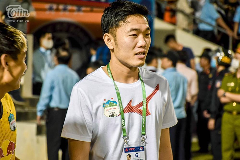 Lương Xuân Trường chạy vội xuống sân mừng đồng đội chiến thắng, được thầy Kiatisuk chúc mừng đám hỏi-1