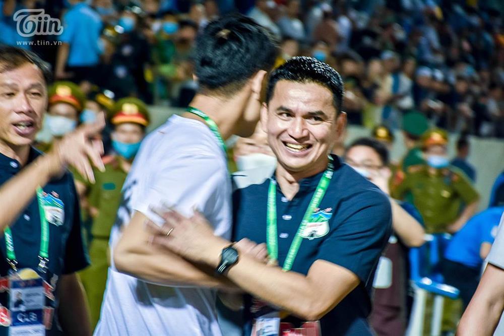 Lương Xuân Trường chạy vội xuống sân mừng đồng đội chiến thắng, được thầy Kiatisuk chúc mừng đám hỏi-2