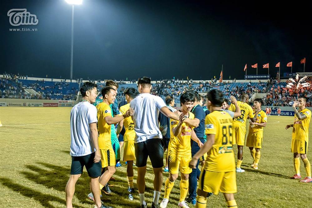 Lương Xuân Trường chạy vội xuống sân mừng đồng đội chiến thắng, được thầy Kiatisuk chúc mừng đám hỏi-3