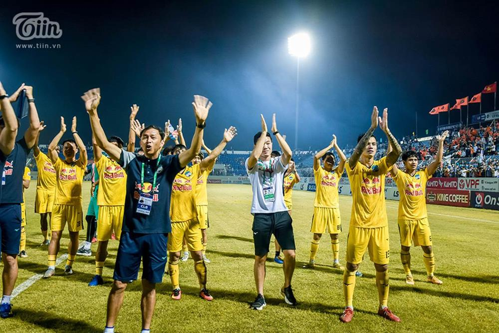 Lương Xuân Trường chạy vội xuống sân mừng đồng đội chiến thắng, được thầy Kiatisuk chúc mừng đám hỏi-4