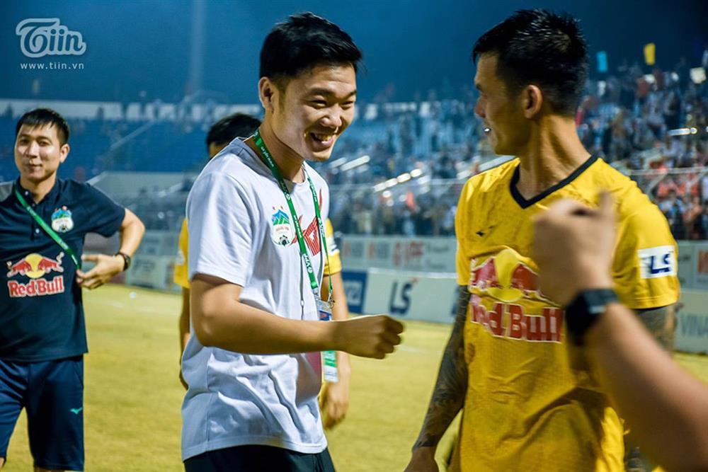 Lương Xuân Trường chạy vội xuống sân mừng đồng đội chiến thắng, được thầy Kiatisuk chúc mừng đám hỏi-5