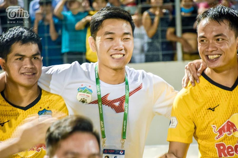Lương Xuân Trường chạy vội xuống sân mừng đồng đội chiến thắng, được thầy Kiatisuk chúc mừng đám hỏi-6