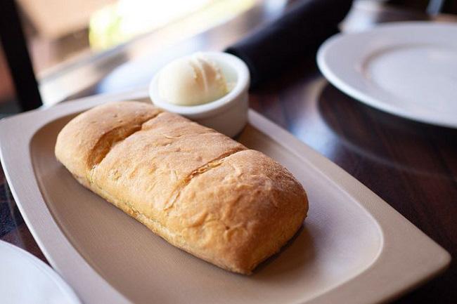 Vì sao nhiều nhà hàng thường tặng bánh mì miễn phí cho khách, biết đáp án sẽ khiến bạn ngã ngửa-1