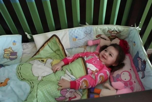Thấy con chỉ ngủ 20 phút mỗi đêm, 1,5 giờ/ngày, cha mẹ đưa con đi khám rồi ςɧếτ sững khi nghe bác sĩ kết luận-2