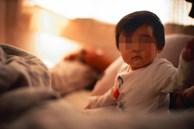 Thấy con chỉ ngủ 20 phút mỗi đêm, 1,5 giờ/ngày, cha mẹ đưa con đi khám rồi 'chết sững' khi nghe bác sĩ kết luận