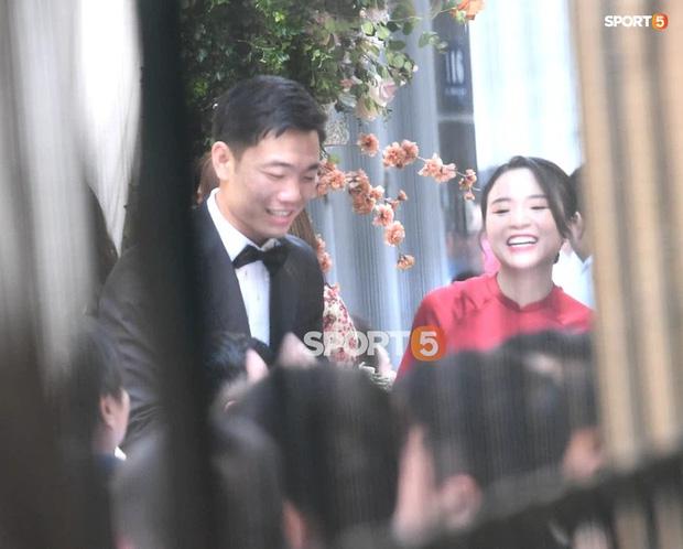 So ảnh trên mạng và đám hỏi của vợ Xuân Trường: Xinh miễn chê, cười tươi roi rói bên cạnh chồng điển trai-1