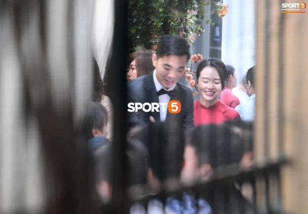 So ảnh trên mạng và đám hỏi của vợ Xuân Trường: Xinh miễn chê, cười tươi roi rói bên cạnh chồng điển trai-3