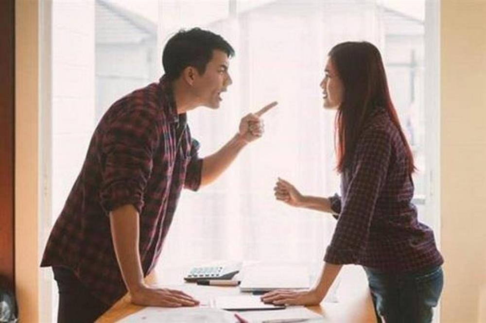 Thuê bác giúp việc về chồng không cho làm gì lại còn chăm hơn cả vợ, xót tiền tôi bảo bác nấu cơm thì anh trợn mắt quát-2