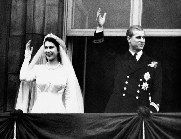 Chuyện tình xuyên suốt 74 năm của Nữ hoàng Anh cùng Hoàng tế Philip: Tình yêu say đắm năm 13 tuổi ngay từ cái nhìn đầu tiên và sự đặc cách có 1-0-2 trong lịch sử!-6