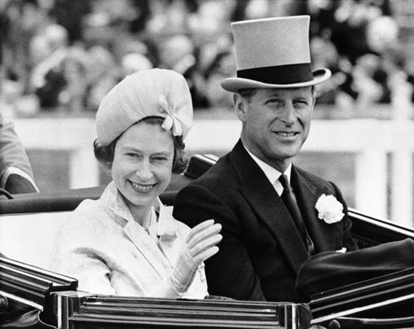 Chuyện tình xuyên suốt 74 năm của Nữ hoàng Anh cùng Hoàng tế Philip: Tình yêu say đắm năm 13 tuổi ngay từ cái nhìn đầu tiên và sự đặc cách có 1-0-2 trong lịch sử!-7