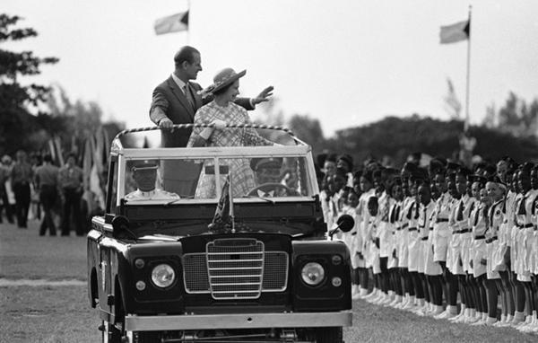 Chuyện tình xuyên suốt 74 năm của Nữ hoàng Anh cùng Hoàng tế Philip: Tình yêu say đắm năm 13 tuổi ngay từ cái nhìn đầu tiên và sự đặc cách có 1-0-2 trong lịch sử!-8