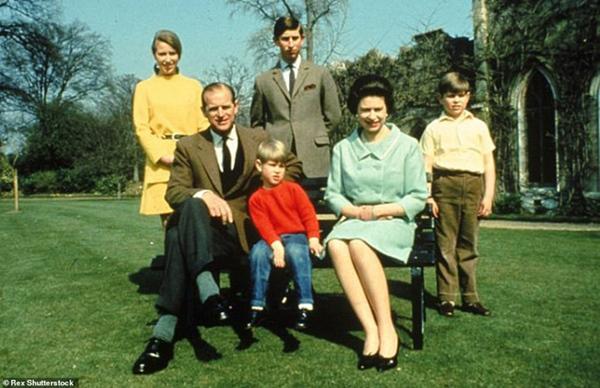 Chuyện tình xuyên suốt 74 năm của Nữ hoàng Anh cùng Hoàng tế Philip: Tình yêu say đắm năm 13 tuổi ngay từ cái nhìn đầu tiên và sự đặc cách có 1-0-2 trong lịch sử!-9