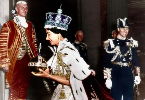 Chuyện tình xuyên suốt 74 năm của Nữ hoàng Anh cùng Hoàng tế Philip: Tình yêu say đắm năm 13 tuổi ngay từ cái nhìn đầu tiên và sự đặc cách có 1-0-2 trong lịch sử!-10