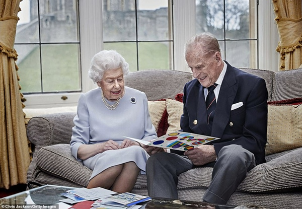 Chuyện tình xuyên suốt 74 năm của Nữ hoàng Anh cùng Hoàng tế Philip: Tình yêu say đắm năm 13 tuổi ngay từ cái nhìn đầu tiên và sự đặc cách có 1-0-2 trong lịch sử!-12