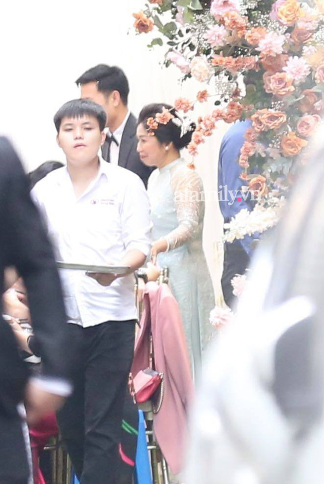Người mẹ vợ bề thế của Xuân Trường xuất hiện thần thái trong đám hỏi: Bảo sao Nhuệ Giang lại xinh đến thế!-1