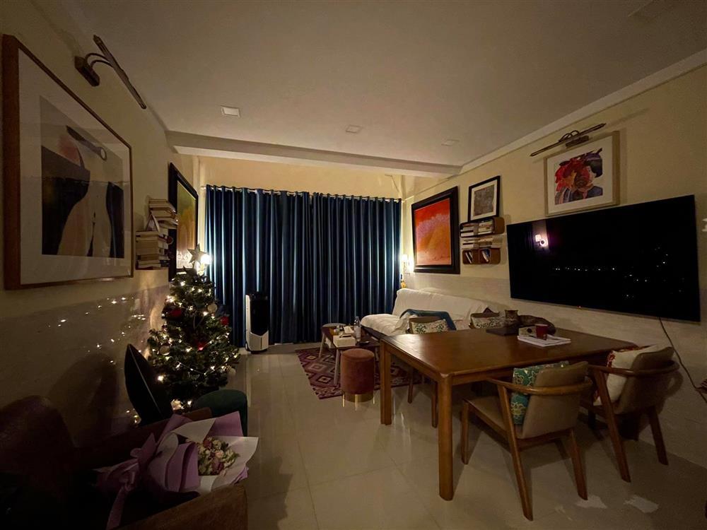 Uyên Linh khoe nhà tối giản toàn tranh với mèo bình yên vô cùng-3