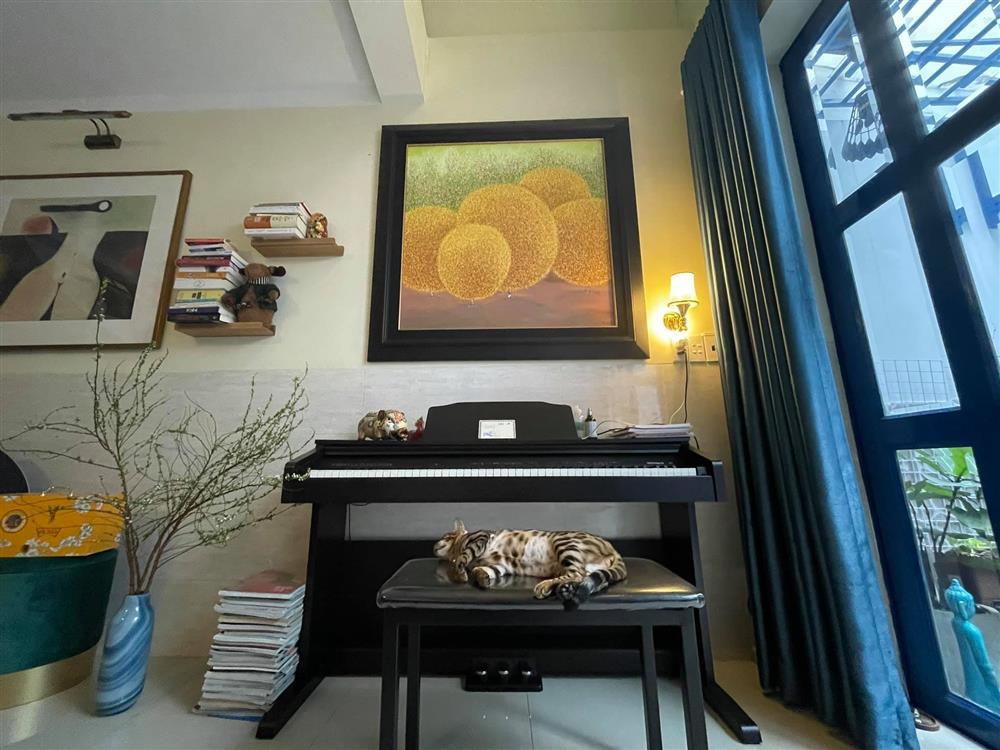 Uyên Linh khoe nhà tối giản toàn tranh với mèo bình yên vô cùng-5