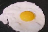 Dùng dầu nóng hay lạnh để ốp trứng, nhiều người làm sai nên trứng hay sát chảo