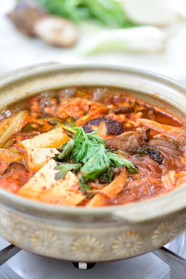 Tạm quên cách nấu lẩu nấm quen thuộc đi, gợi ý cho bạn cách nấu lẩu nấm của người Hàn cũng rất đáng học hỏi!-6