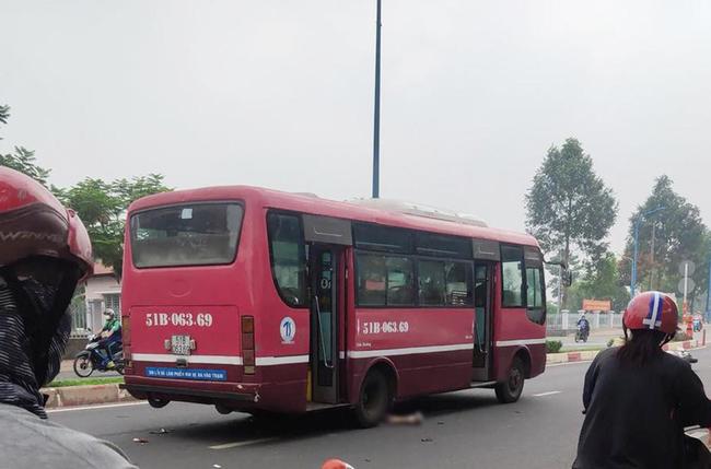 Ám ảnh thi thể người đàn ông dính chặt dưới bánh xe buýt sau va chạm khi chạy xe máy qua đường-1